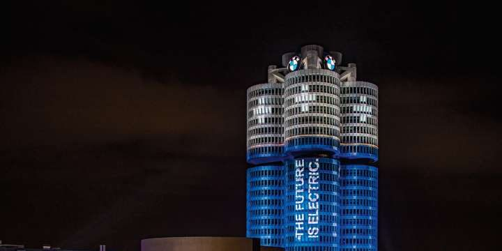 BMW - Tower - die drei Türme - nachts - beleuchtet - Schrift auf Turm:: The future is electric